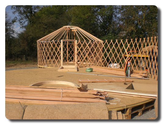 Perches de toit en tas au premier plan et montées en second plan